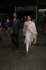 Shahid Kapoor with His Wife Mira Rajput Spotted At Airport on 2nd Sept 2017 (6)_59aabb79e1da8.JPG