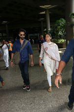 Shahid Kapoor with His Wife Mira Rajput Spotted At Airport on 2nd Sept 2017 (8)_59aabb7b28a2c.JPG