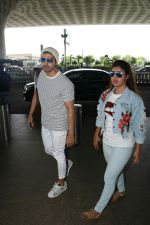 Gurmeet Choudhary, Debina Bonnerjee Spotted At Airport on 6th Sept 2017 (4)_59b0e41dce670.JPG
