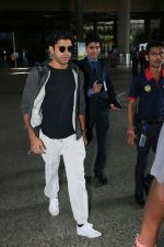 Farhan Akhtar Spotted At Airport on 7th Sept 2017 (2)_59b24a10cc1b3.JPG