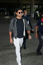 Farhan Akhtar Spotted At Airport on 7th Sept 2017 (3)_59b24a122fb69.JPG