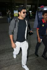 Farhan Akhtar Spotted At Airport on 7th Sept 2017 (4)_59b24a136859f.JPG