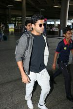 Farhan Akhtar Spotted At Airport on 7th Sept 2017 (5)_59b24a148db0a.JPG