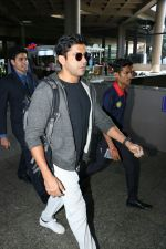 Farhan Akhtar Spotted At Airport on 7th Sept 2017 (6)_59b24a15d4fab.JPG