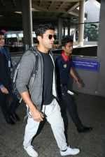 Farhan Akhtar Spotted At Airport on 7th Sept 2017 (7)_59b24a17324b9.JPG