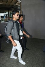 Farhan Akhtar Spotted At Airport on 7th Sept 2017 (8)_59b24a18528e2.JPG