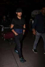Sonu Nigam Spotted At Airport on 8th Sept 2017 (13)_59b397bc64bcb.JPG