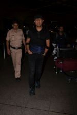 Sonu Nigam Spotted At Airport on 8th Sept 2017 (3)_59b397b454d7e.JPG