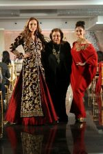 Lulia Vantur, Lucky Morani Walk The Ramp For Monisha Jaisingh, Pallavi & Bhairavi Jaikishan on 12th Sept 2017 (8)_59b8d7f858e9f.JPG