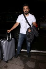 Raj Kundra Spotted At Airport on 14th Sept 2017 (1)_59bb84965fdd5.JPG