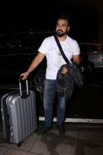 Raj Kundra Spotted At Airport on 14th Sept 2017 (7)_59bb849adcdb3.JPG