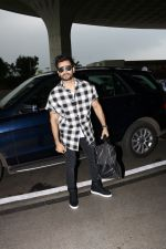 Karan Tacker Spotted At Airport on 19th Sept 2017 (2)_59c216e38d98d.JPG