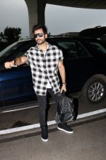 Karan Tacker Spotted At Airport on 19th Sept 2017 (4)_59c216e61f2f9.JPG