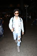 Karan Tacker Spotted At Airport on 22nd Sept 2017 (5)_59c5c8a6853c6.JPG