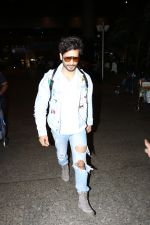 Karan Tacker Spotted At Airport on 22nd Sept 2017 (6)_59c5c8a7ab059.JPG