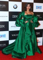 Sonam Kapoor at the Red Carpet Of Vogue Women Of The Year 2017 on 25th Sept 2017 (36)_59c9c7723e6c6.JPG