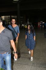 Sunil Grover with His Wife Spotted At Airport on 28th Sept 2017 (3)_59cce369db2af.JPG