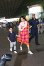 Divya Khosla Kumar & Her Son Ruhaan Kumar Spotted At Airport on 2nd Oct 2017 (11)_59d525167f658.JPG