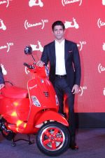 Farhan Akhtar Launch Of Vespa Red on 3rd oct 2017 (25)_59d5381870a62.JPG