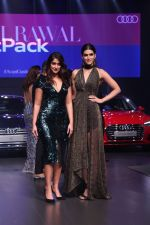 Kriti Sanon, Ileana D_Cruz at the Red Carpet Of Luxury & Fashion As Hello! & Audi on 6th Oct 2017 (28)_59d77dfe6444a.JPG