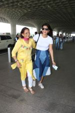 Shriya Saran Spotted At Airport on 5th Oct 2017 (10)_59d72890e09fe.JPG