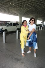 Shriya Saran Spotted At Airport on 5th Oct 2017 (9)_59d72852c4b89.JPG