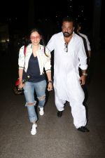 Sanjay Dutt, Manyata Dutt Spotted At Airport on 12th Oct 2017 (25)_59e06d006376d.JPG