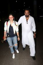 Sanjay Dutt, Manyata Dutt Spotted At Airport on 12th Oct 2017 (27)_59e06d1662f1a.JPG