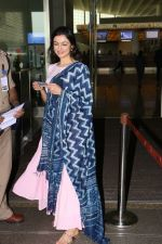 Divya Khosla Kumar Spotted At Airport on 14th Oct 2017 (1)_59e22aaf8778a.JPG