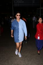 Shruti Haasan Spotted At Airport on 13th Oct 2017 (19)_59e1c393228d6.JPG