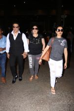 Govinda With Wife & Daughter Spotted At Airport on 15th Oct 2017 (4)_59e2de224a6f6.JPG