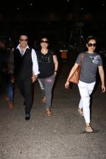 Govinda With Wife & Daughter Spotted At Airport on 15th Oct 2017 (5)_59e2de0168886.JPG