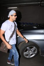 Farhan Akhtar Spotted At Airport on 16th Oct 2017 (1)_59e57350cb3e3.JPG