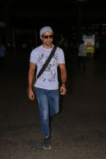 Farhan Akhtar Spotted At Airport on 16th Oct 2017 (10)_59e5735c5c8cf.JPG