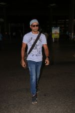 Farhan Akhtar Spotted At Airport on 16th Oct 2017 (11)_59e5735daba8f.JPG
