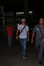 Farhan Akhtar Spotted At Airport on 16th Oct 2017 (2)_59e5735215128.JPG
