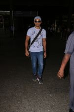 Farhan Akhtar Spotted At Airport on 16th Oct 2017 (8)_59e57359bcfbf.JPG