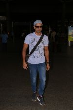 Farhan Akhtar Spotted At Airport on 16th Oct 2017 (9)_59e5735b18833.JPG