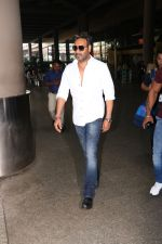 Ajay Devgan Spotted At Airport on 18th Oct 2017 (10)_59e8212bb6e72.JPG