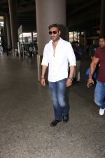 Ajay Devgan Spotted At Airport on 18th Oct 2017 (2)_59e8211fb3871.JPG