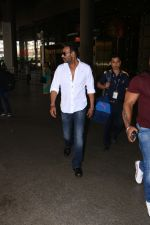 Ajay Devgan Spotted At Airport on 18th Oct 2017 (4)_59e821225de5f.JPG