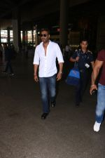 Ajay Devgan Spotted At Airport on 18th Oct 2017 (5)_59e82124111c2.JPG