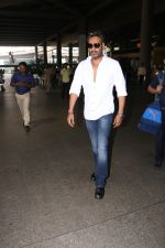 Ajay Devgan Spotted At Airport on 18th Oct 2017 (6)_59e821258eeb6.JPG