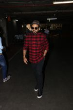 Vir Das Spotted At Airport on 18th Oct 2017 (11)_59e8218099e24.JPG