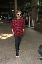 Vir Das Spotted At Airport on 18th Oct 2017 (2)_59e821742dd8b.JPG