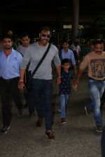 Ajay Devgan Spotted At Airport With his Son, Daughter & Mother on 25th Oct 2017 (14)_59f095e621784.JPG