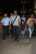 Ajay Devgan Spotted At Airport With his Son, Daughter & Mother on 25th Oct 2017 (17)_59f095e9ead35.JPG