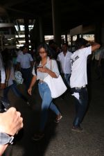 Ajay Devgan Spotted At Airport With his Son, Daughter & Mother on 25th Oct 2017 (5)_59f095d87efcd.JPG