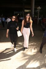Yami Gautam Spotted At Airport With Her Sister on 24th Oct 2017 (1)_59f0213b7599d.JPG