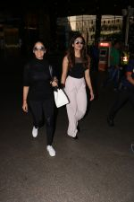 Yami Gautam Spotted At Airport With Her Sister on 24th Oct 2017 (10)_59f02147439b7.JPG
